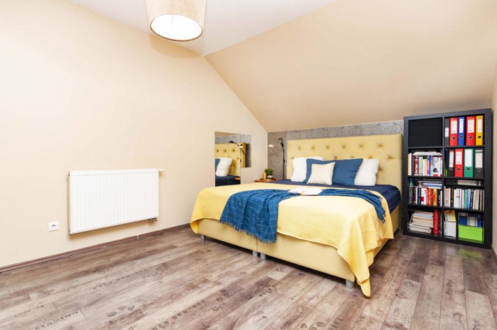 Ložnice s manželskou postelí