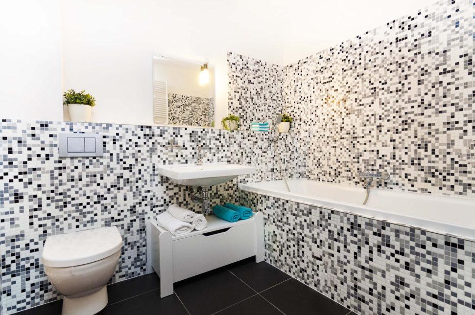 Koupelna s vanou a toaletou