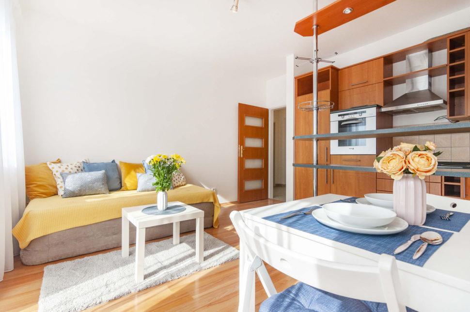 Pohled na obývací pokoj a část kuchyňské linky